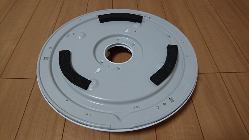 床の上に置いてあるシーリングライト本体装置の裏側の様子