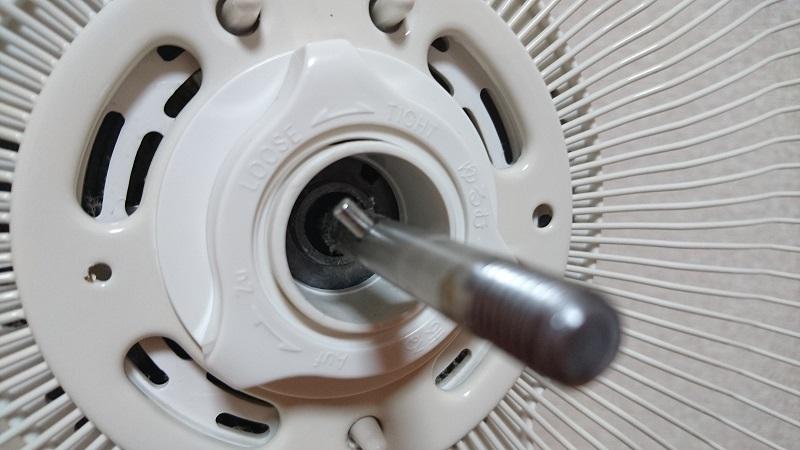 扇風機のファン後面カバーを固定している手回しネジ周辺部の様子