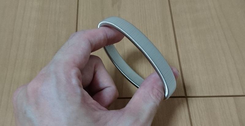ダイソー スプリングアームバンド ワイドタイプに指を通している様子