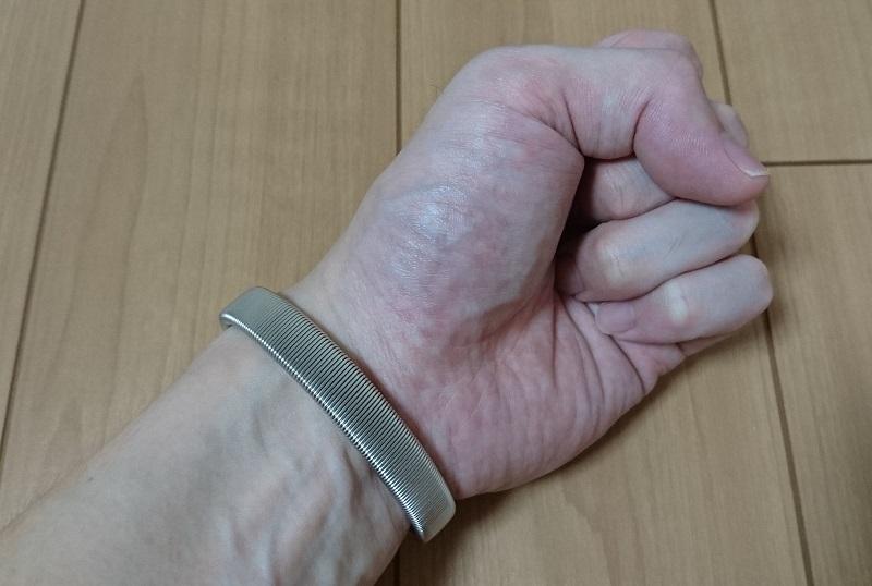 手首にダイソー スプリングアームバンド ワイドタイプを装着している様子