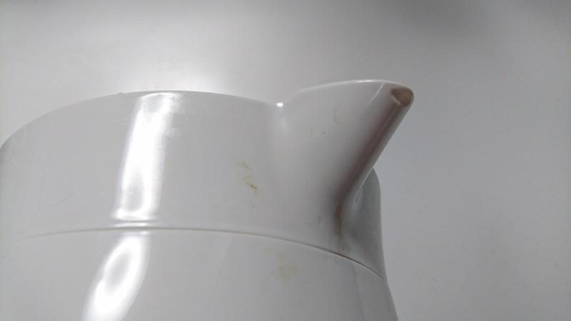 電気ケトルの注ぎ口周辺に付着した茶色い飛び跳ね汚れの様子