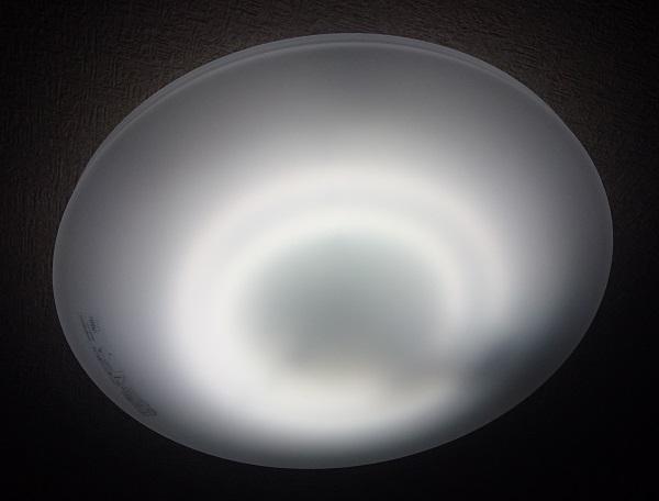 ホタルック α(アルファ)蛍光灯を装着しているシーリングライトの点灯時の様子