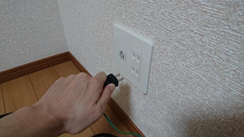 壁コンセント側の電源ケーブルを抜き終わった状態
