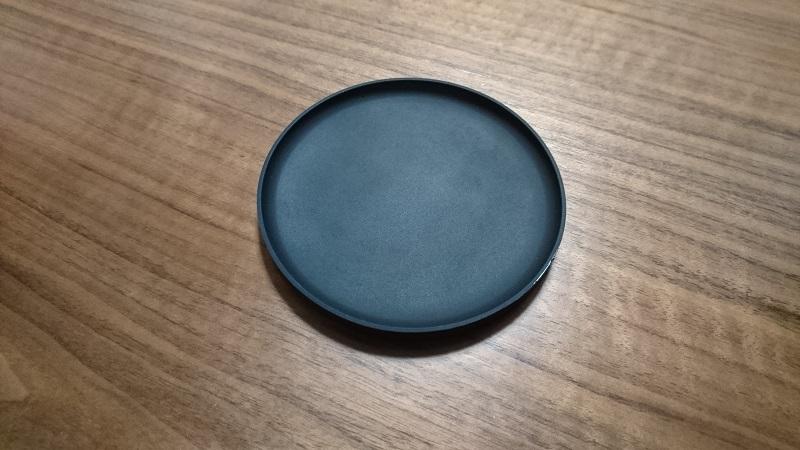 机の上に置かれた山崎実業さんの立体コースター 2539(黒)
