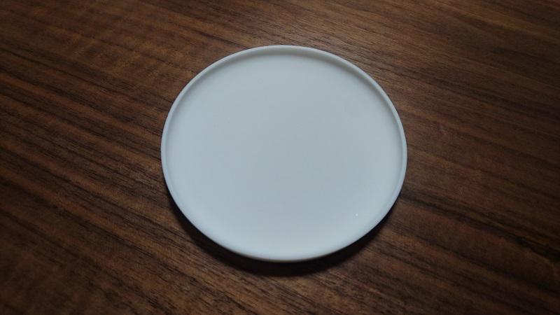 机の上に置かれた山崎実業さんの立体コースター 2538(白)