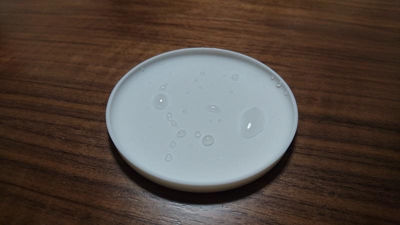水を弾いている白い立体コースター