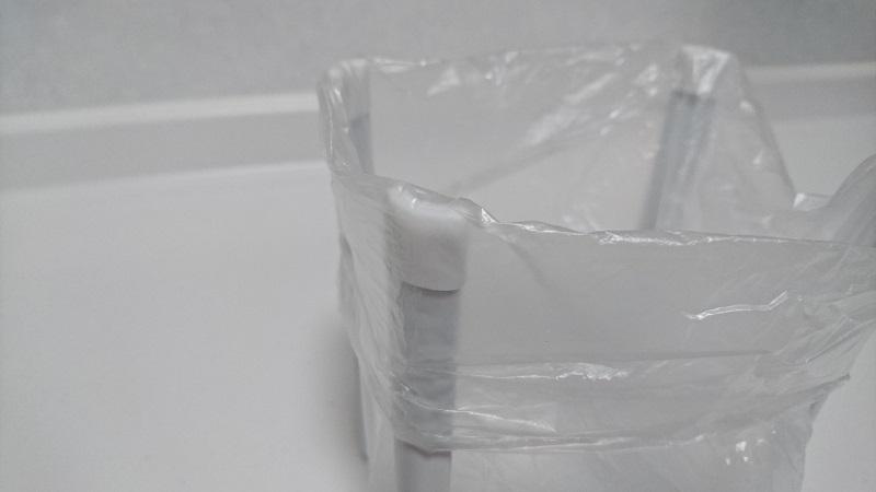 ビニール袋をかぶせたポリ袋エコホルダーの支柱先端の滑り止め用のゴム周辺の様子