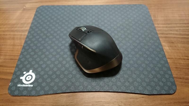 マウスパッドの上にのっている黒いマウス