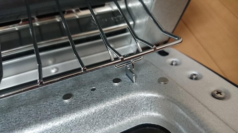 バルミューダ ザ・トースターの前面扉のフックに網を引っ掛けている部分