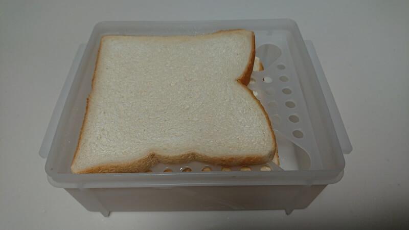 食パン冷凍保存ケース SBR2に入っている冷凍された食パン