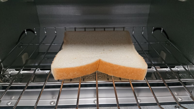 バルミューダ ザ・トースターの庫内の網の上に置いた食パン