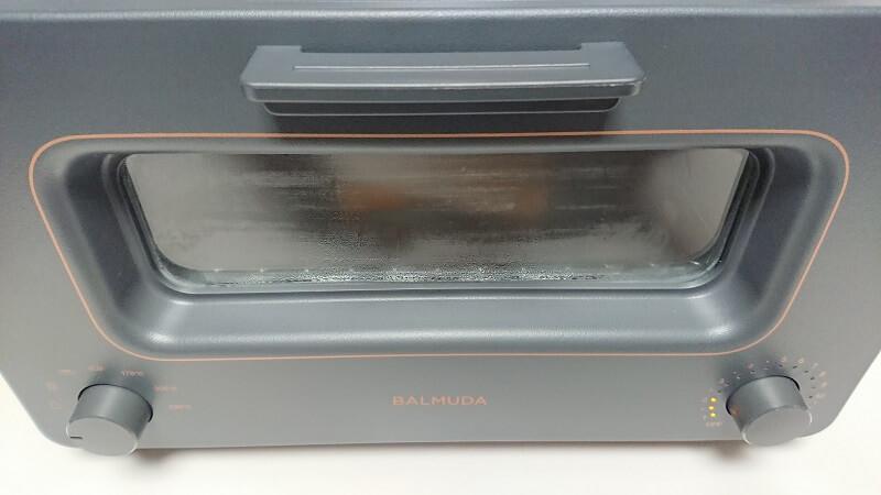バルミューダ ザ・トースターののぞき窓がスチームで曇っている様子