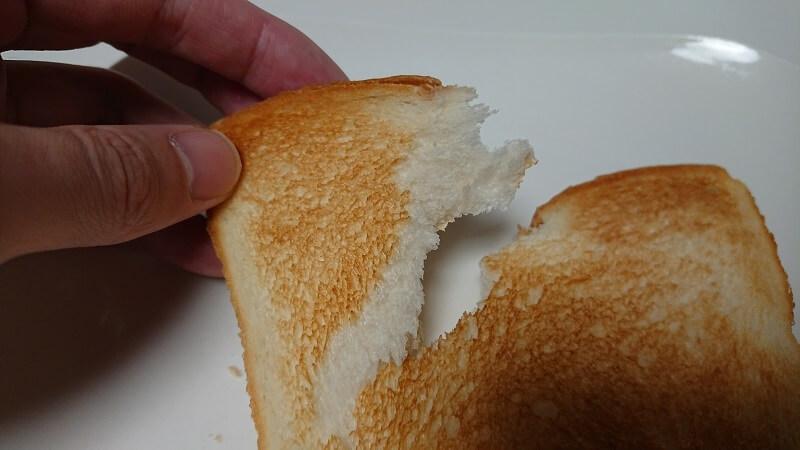 BALMUDA The Toaster(バルミューダ ザ・トースター)を使って焼き上げた冷凍食パンをちぎった様子