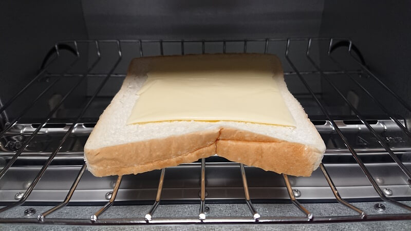 冷凍食パンにとろけるスライスチーズをのせている状態