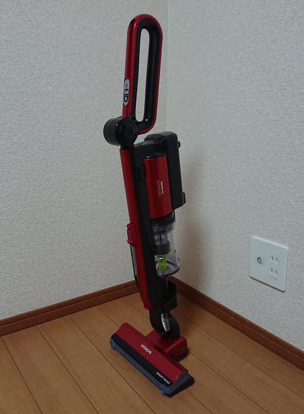 コードレスタイプの赤いスティック型掃除機 日立 PV-BE400の自立している様子