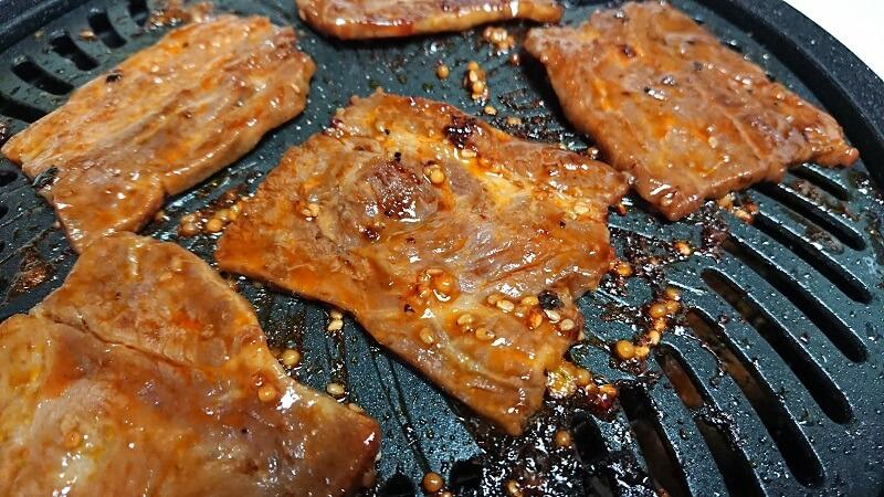 焼肉プレートで牛ハラミを焼いている様子