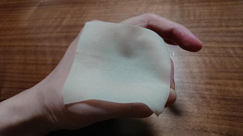 左手の親指と人差し指で作った輪っかの上にシュウマイの皮をのせた様子