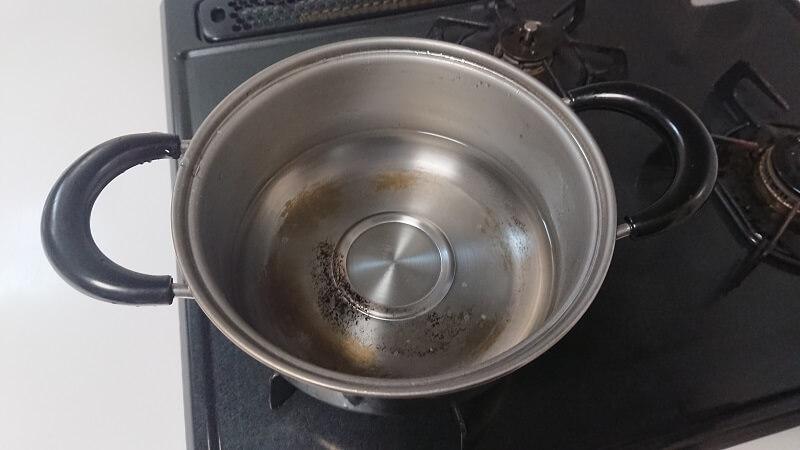 水を入れた蒸し器の下側部分(鍋)