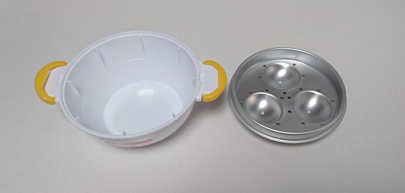 レンジでらくチンゆでたまごの下側容器内にある銀色の卵置き皿を取り外した状態