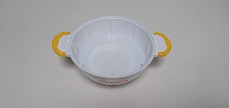 水を入れてあるレンジでらくチンゆでたまごの下側容器