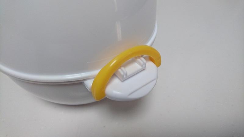 レンジでらくチンゆでたまごの上側容器をセットし、ロックした状態