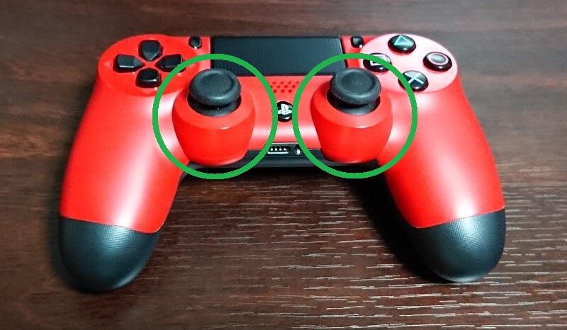 PlayStation4の赤いコントローラー DUALSHOCK 4のアナログスティックの位置を示した図