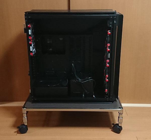 メタルラックのパーツで作成したPCスタンド(置台)にPCケースのCorsair Obsidian 1000Dを載せている様子