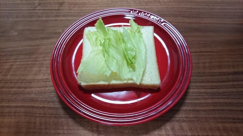 食パンの上に、レタスが置いてある様子