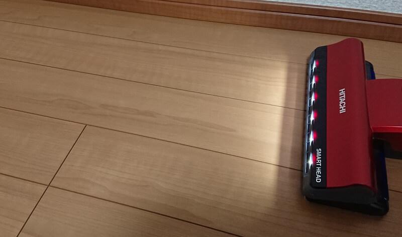 LEDライトが点灯状態のPV-BE400コードレス掃除機